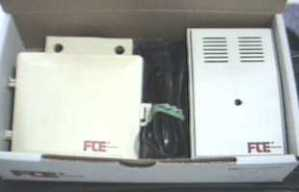 Ejemplo de un amplificador de mástil con 3 entradas y dos salidas. A la izquierda el amplificador. A la derecha la fuente de alimentación.